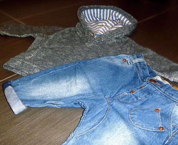 outfit for little boy pantaloni jeans denim blu effetto vintage e felpa con cappuccio e fodera a contrasto