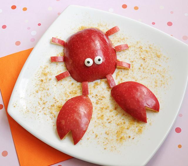 fun food, granchio con mela, giocare con il cibo e creare forme divertenti