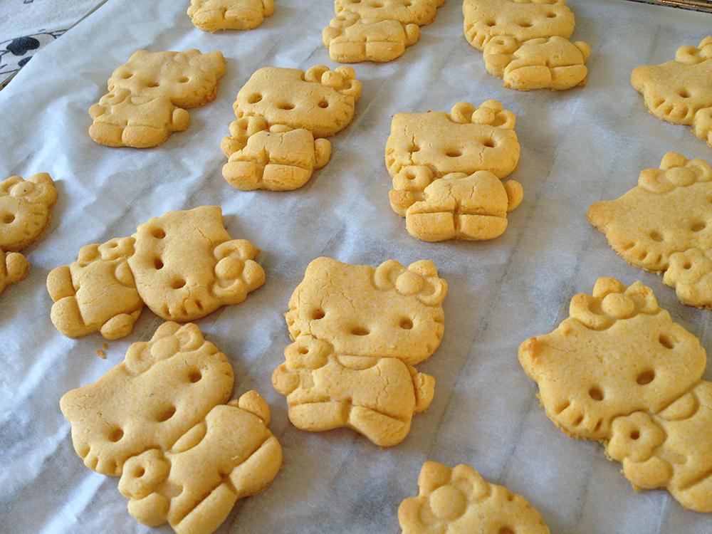 biscotti handmade di pasta frolla a forma di hello kitty per una merenda bella e buona