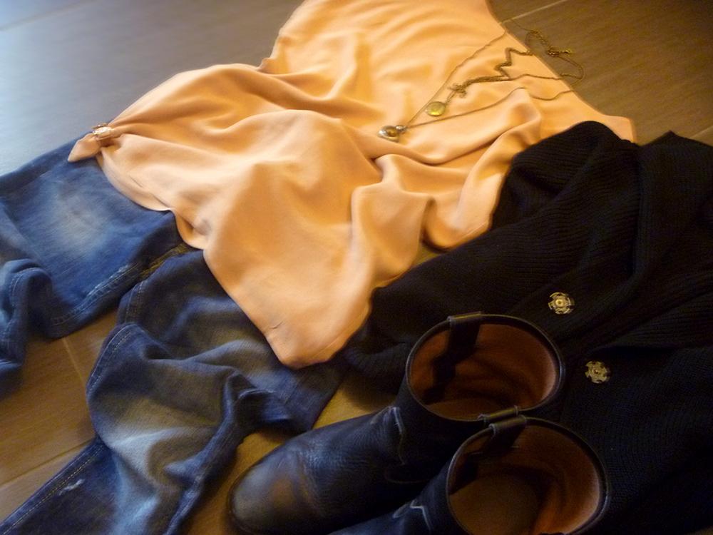 outfit woman, donna casual, jeans, stivali boots, camicia chiffon, maglia lana con bottoni automatici