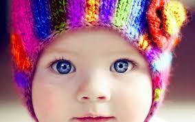 bimbo occhi azzurri con berretto multicolor