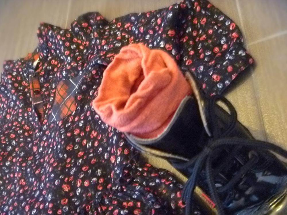 abitino nero, fiori, tartan, rock, country e anfibi neri con calze tubolari salmone