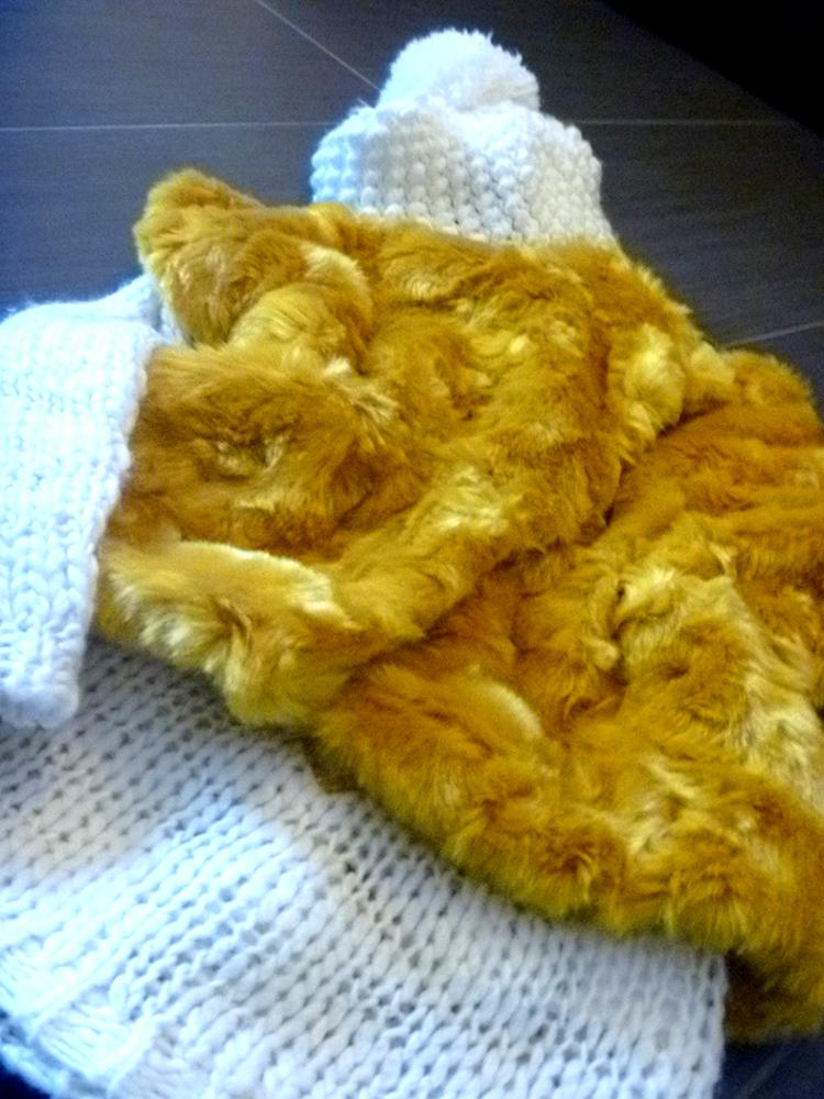 eco pelliccia baby gialla, maglione lana panna e cuffia pon pon