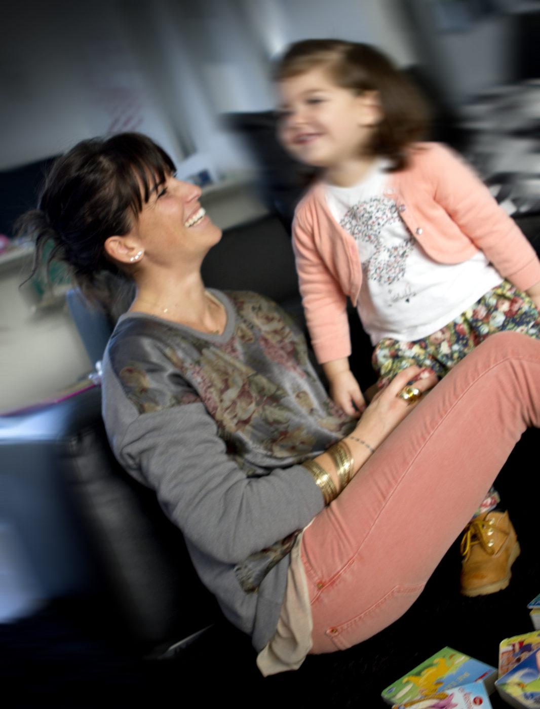 mamma e figlia, mom and daughter, happy, ridono e giocano insieme