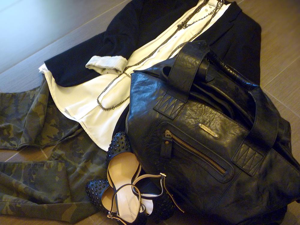 pantaloni camouflage con camicia bianca e blazer abbinati con scarpe con borchie e borsa in pelle nera pepe jeans