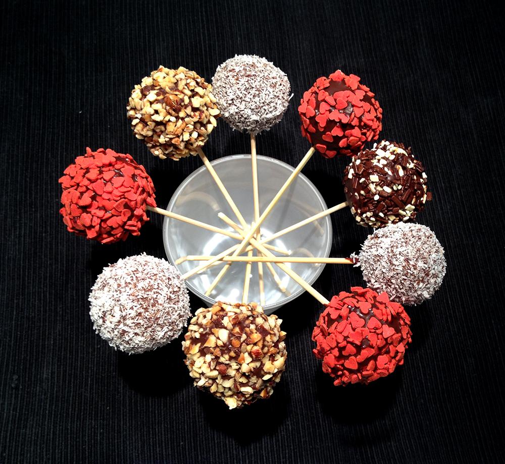 palline colorate dolci di cake pops buonissimi con cocco, granella di nocciole, zuccherini di cuori rossi e mascarpone