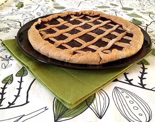 crostata con farina integrale e marmellata di fragole, dolce light, ideale per colazione e dieta