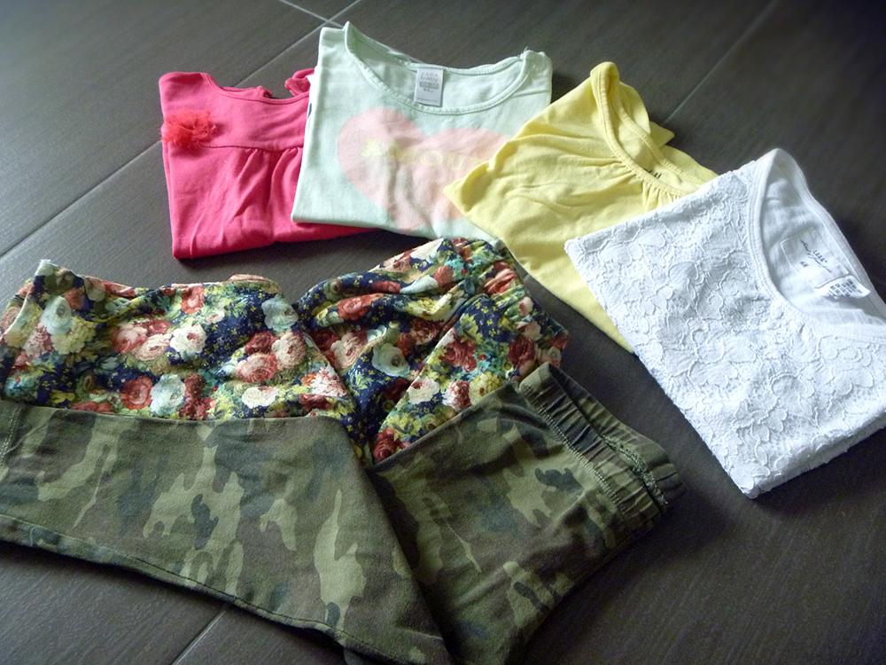 leggings mimetico camouflage e pantaloni cavallo basso a fiori con tante t-shirt colorate