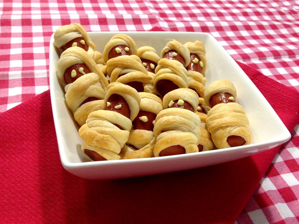 salatini di pasta sfoglia con würstel a forma di mummia per carnevale o halloween