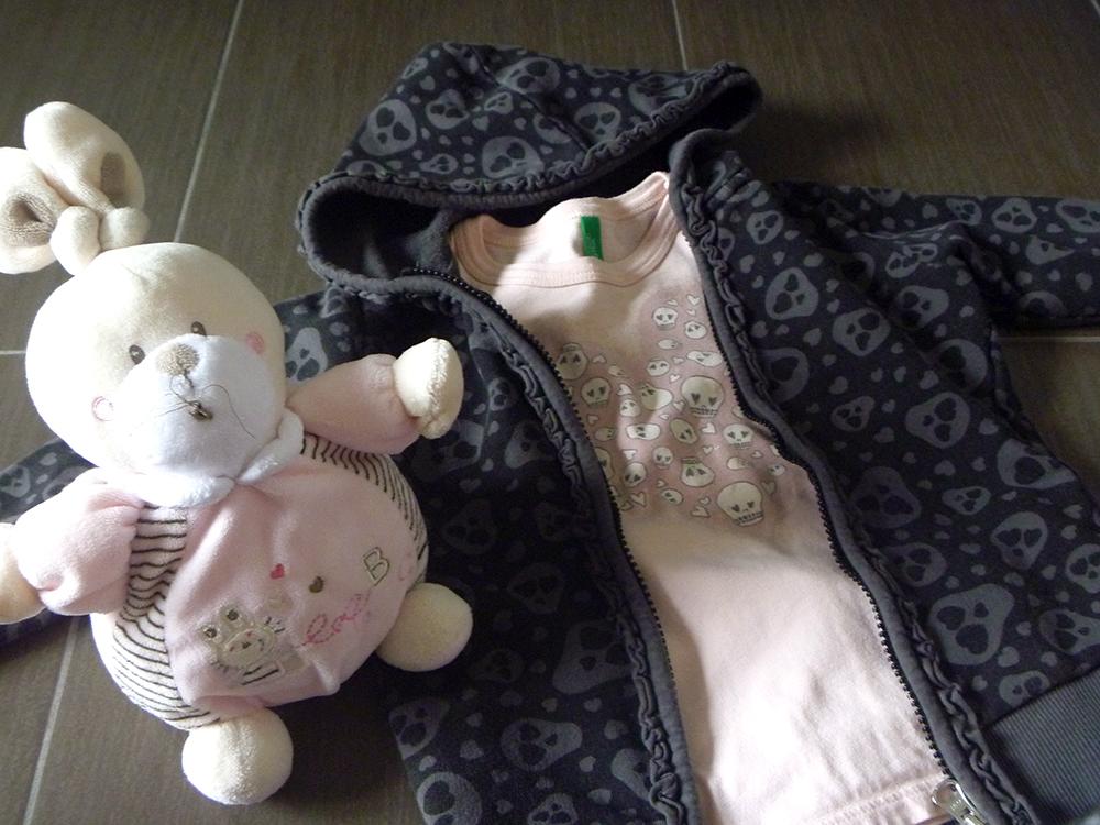 outfit bimba momeme con felpa e t-shirt con teschi teschietti e peluce coniglio coniglietto inseparabile