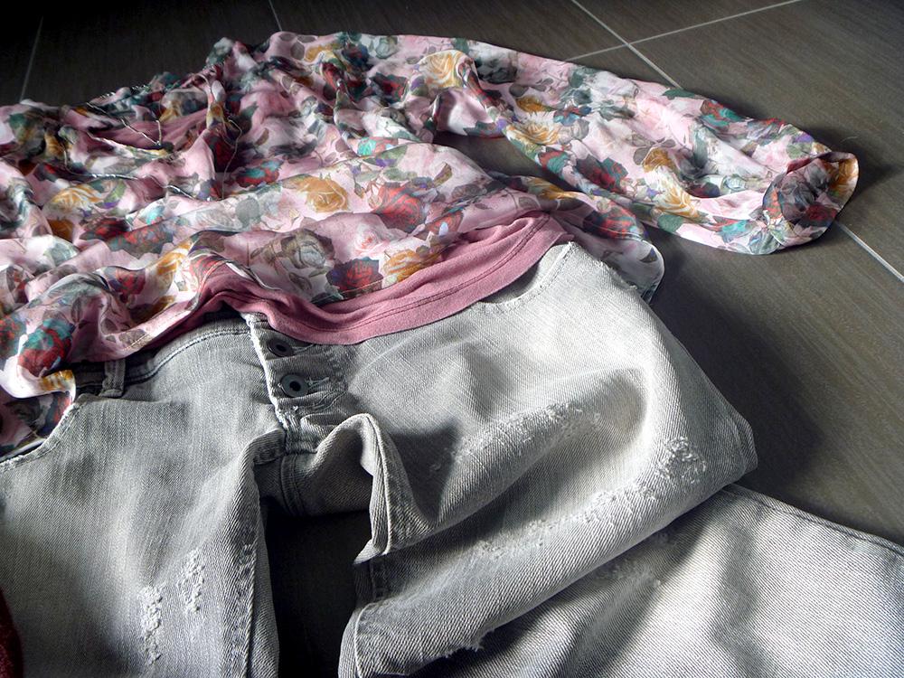 jeans strappato grigio con camicia casacca in seta a fiori con rose color e fluo