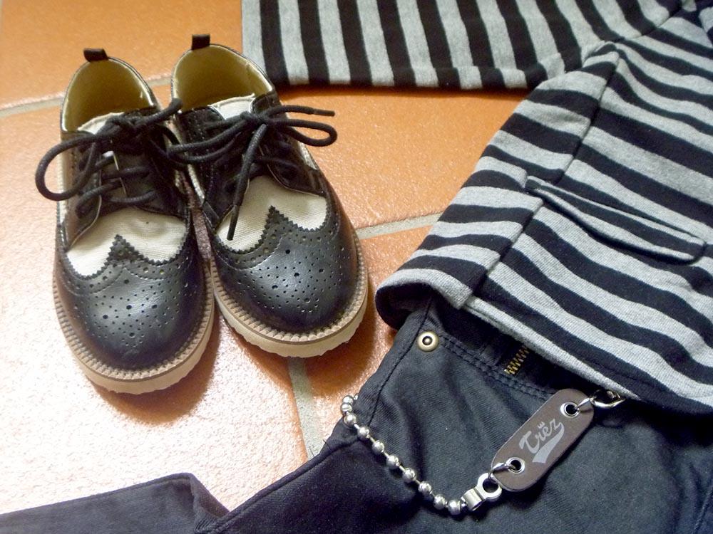 look bambino in stile rock con giacca in felpa a righe, jeans neri e scarpe bicolor modello college