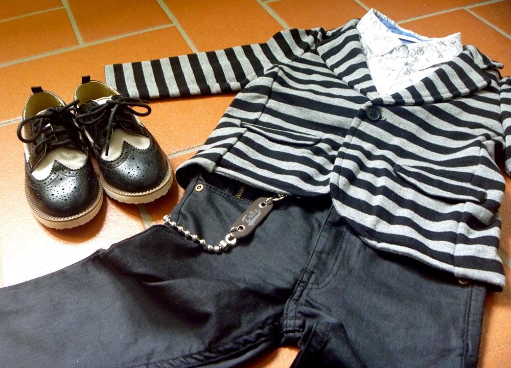look bambino in stile rock con giacca in felpa a righe, jeans neri, camicia con biciclette e scarpe bicolor