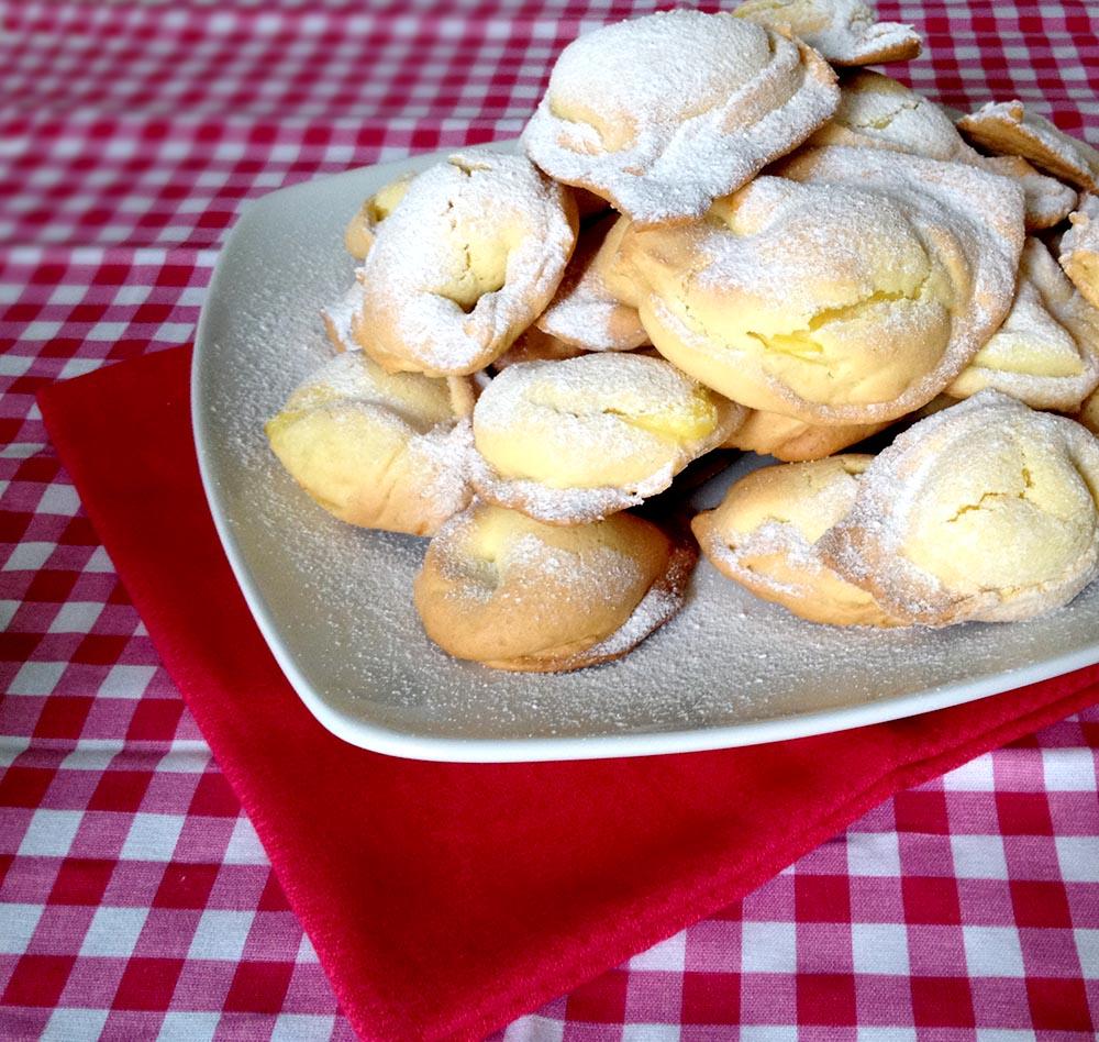tortelli di carnevale con crema e zucchero a velo con tovaglia colorata