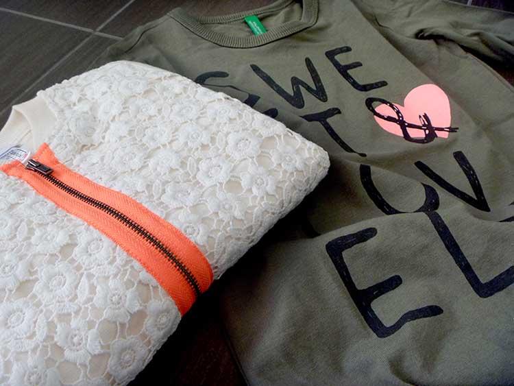 Look bimba pantaloni in felpa e maglia in pizzo con dettagli a contrasto fluo