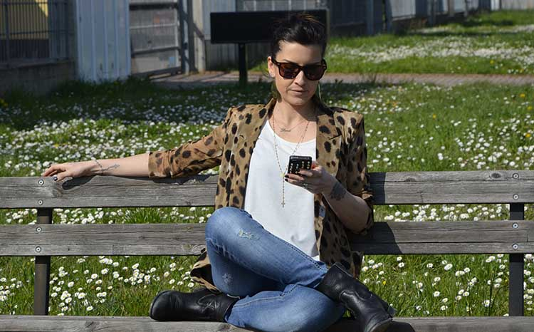 animalier_blazer_woman_jeans_boots