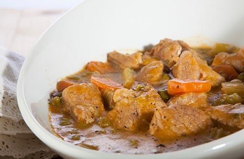 secondo piatto di carne con spezzatino di bocconcini di carne bianca di pollo o tacchino con verdure