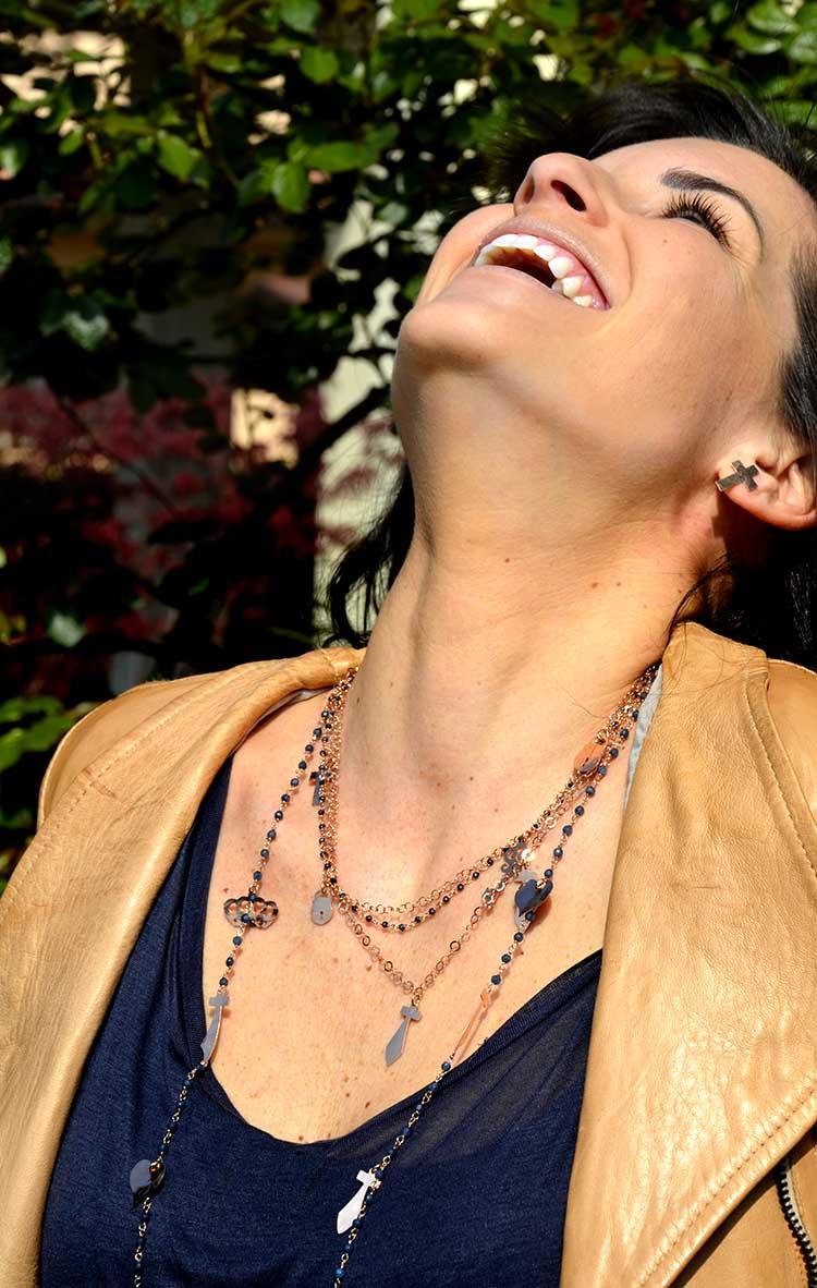 Outfit donna woman, jeans, maxi t-shirt, giacca in pelle pastello e bijoux argento rosè con ciondoli, croce e pietre dure