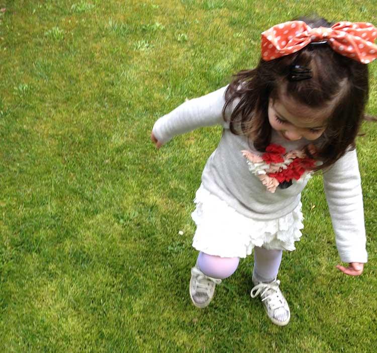 look outfit bimba girl con gonna pizza e felpa con applicazioni taglio vivo, corre e salta felice in giardino