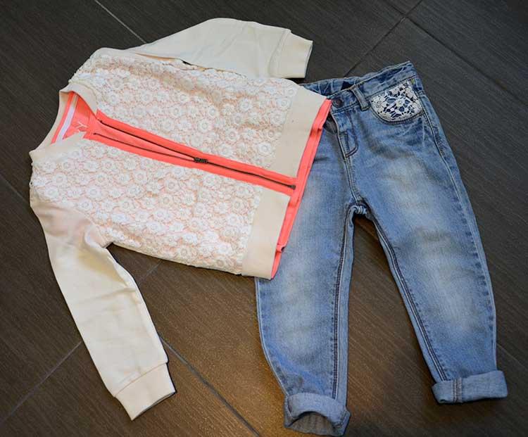 outfit look bimba girl jeans felpa pizza dettagli fluo