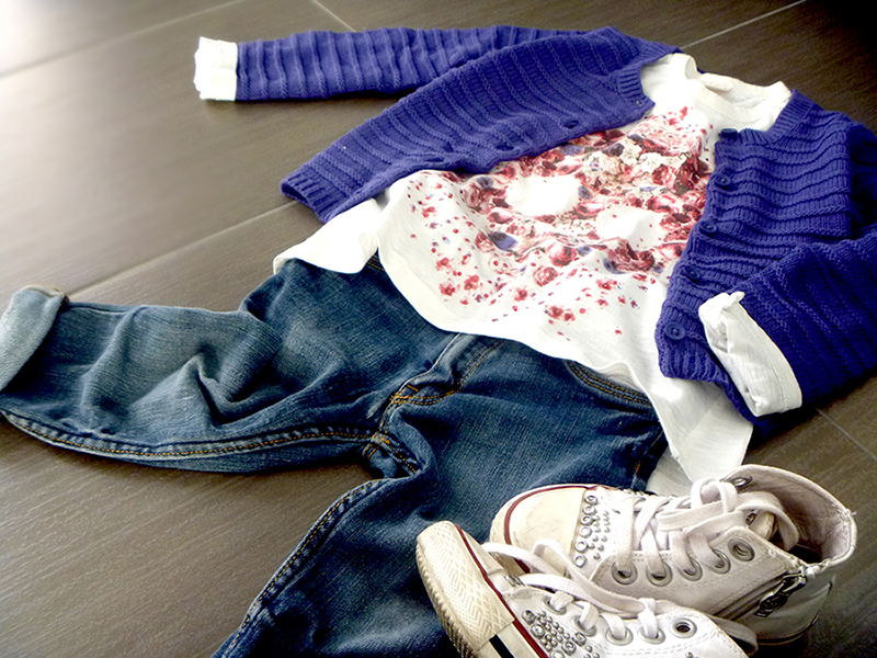 outfit bimba, jeans, carigan blu navy, t-shirt con stampa teschio di fiori e rose, sneakers