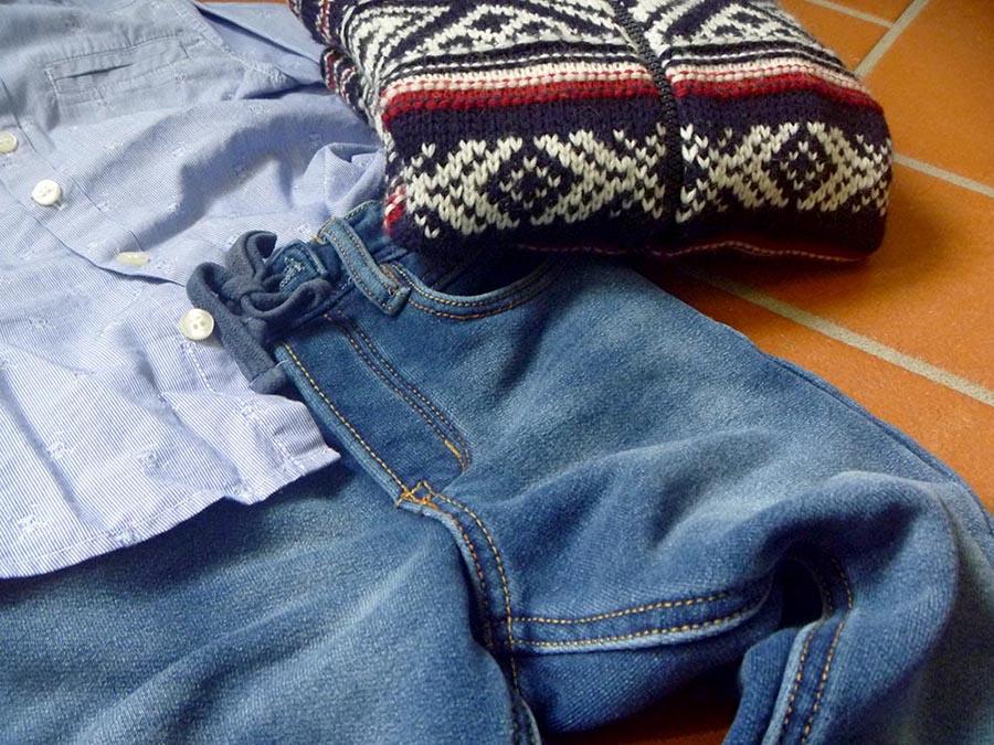 outfit bimbo boy, camicia azzurra, righe e teschietti, pantaloni in felpa tipo jeans denim, maglione lana grosso