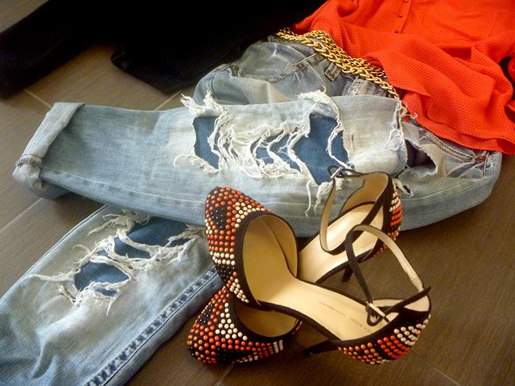 Outfit woman donna jeans strappato, sandalo borchie, camicia corallo, giacca blazer nero e accessori oro gold