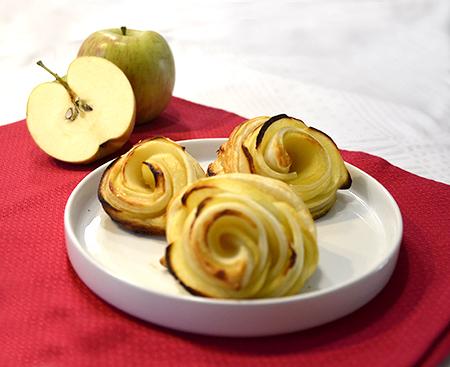 fiori di pasta sfoglia con fettine di mele