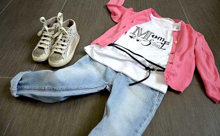outfit bimba con t-shirt personalizzata mom&me momeme, jeans, cardigan fluo e sneakers crime con borchiette