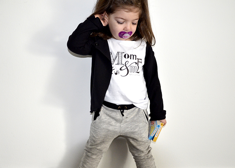 outfit bimba girl con t-shirt personalizzata mom&me, giacchina in felpa a taglio vivo handmade, pantaloni in felpa, giubbino di jeans primavera e sneakers crime