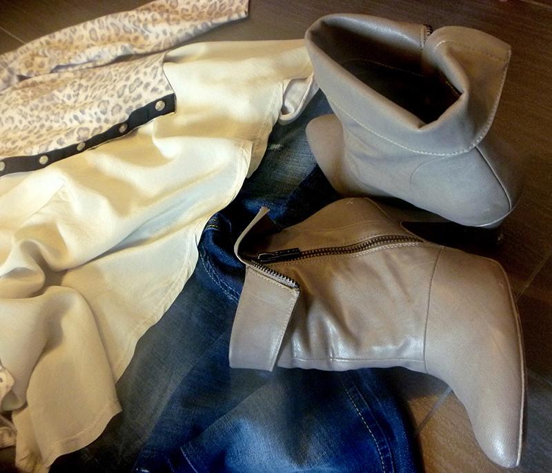 outfit donna, woman, mom, in stile soft anomalies con cardigan stampato, bordo a contrasto e jeans. Polacchini boots.