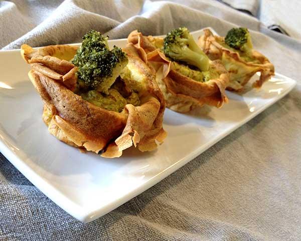 Sformatini di crepes con purea di broccoli e salsiccia, ideale come antipasto o contorno delizioso e facile da realizzare