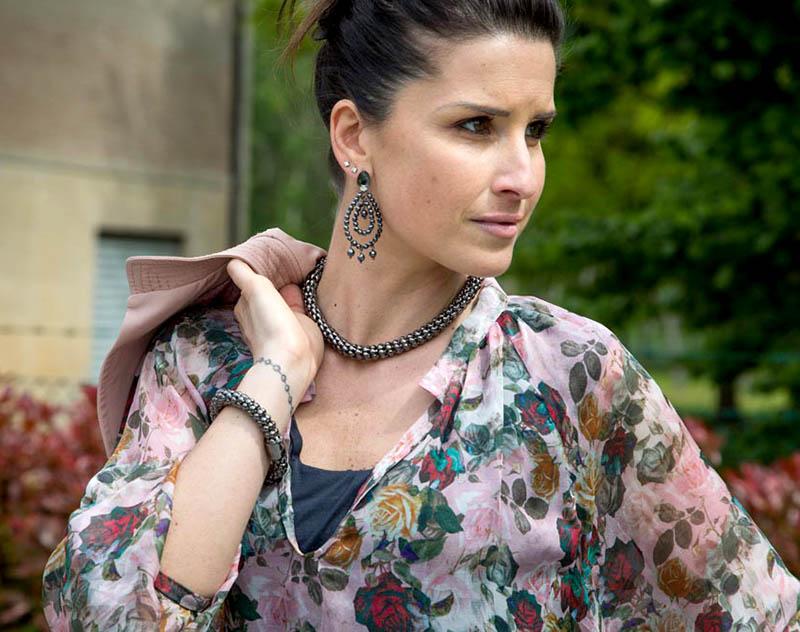 outfit donna con camicia in seta stampa floreale con rose handmade, bolerino in pelle rosa, jeans cavallo basso antracite e sandalo con borchie, accessori spadarella gioielli e orecchini mychau