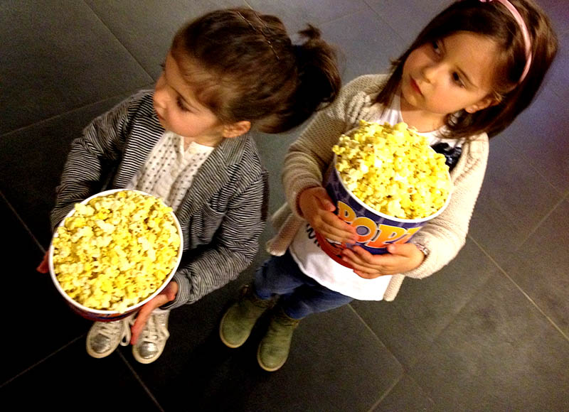 bimbe cuginette con pop corn pronte per il cinema