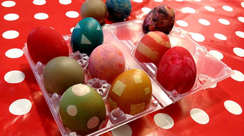 uova decorate per pasqua con colori naturali e alimentari e tempere ditacolor per bambini