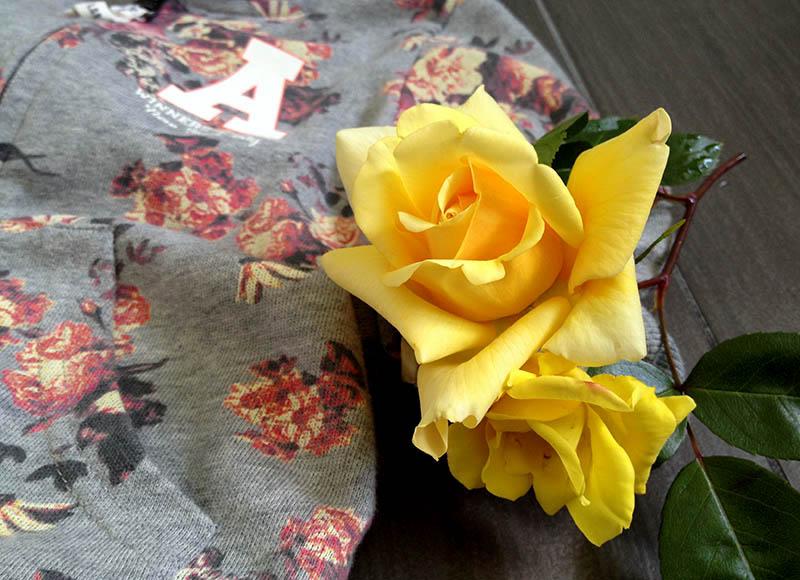 outfit look bimba girls con jeans gialli e felpa a fiori con cappuccio e rosa gialla