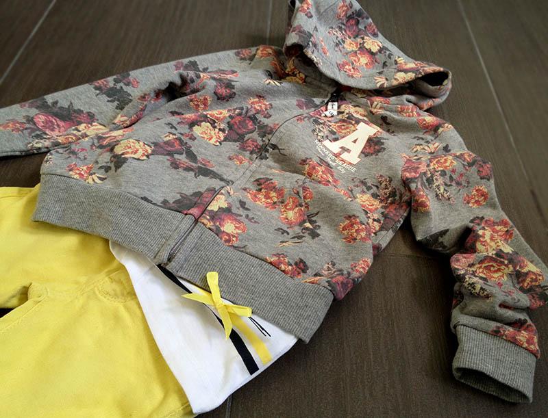 felpa_fiori_rosa_jeans_giallo_skinny
