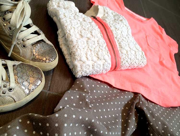 Look primaverile bimba con leggings a piccoli pois, felpa fluo e pizzo e t-shirt
