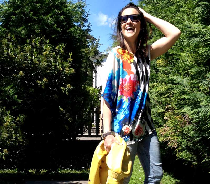 outfit donna con giacca in pelle giallo, t-shirt a righe e fiori multicolor, jeans strappati skinny e stivaletti