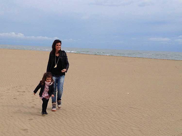 mamma e bimba al mare outfit comodo con jeans, leggings, giacca in pelle, accessori e tanto amore