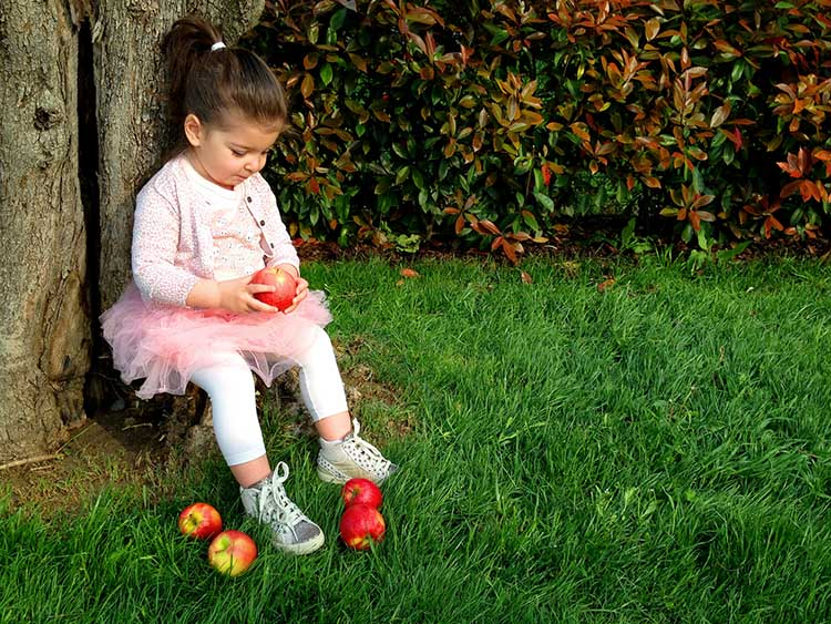 look outfit bimba total pink con tutù rosa, t-shirt, cardigan animalier e mele apple