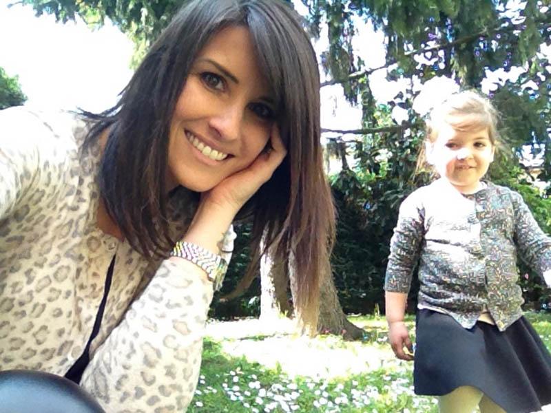 mamma e figlia, giardino, margherite e look animalier con tanto amore