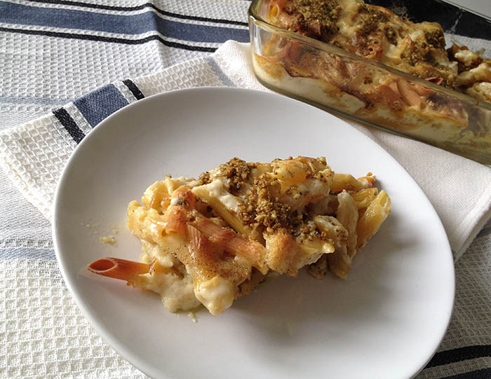 pasta pasticciata al forno con pesto vegan, noci, pinoli, basilico e besciamella con latte di soia