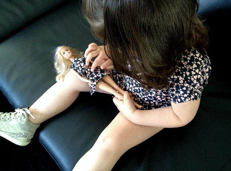 look outfit bimba con abito svasato stampa a cuori e barbie con look coordinato