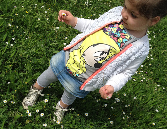 bimba girl con felpa pizzo con dettagli fluo, t-shirt con stampa disney minnie fluo e gonna jeans denim