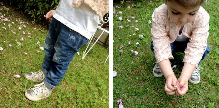 festa_della_mamma_fiori_vita_petali_rose_pizzo_bimba_jeans_strappati
