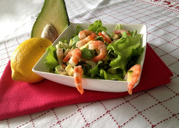 insalata di avocado, gamberi, zucchine, sedano e limone, piatto unico facile e veloce