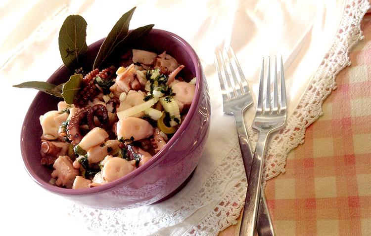 insalata di orzo farro riso e cereali con polpo pesce ed erbette, fresco e veloce