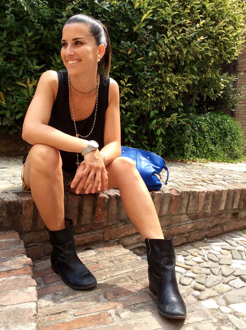 look donna short in seta versace, canotta nera, blazer, bikers e borsa pelle blu elettrico, rosario argento e onice al collo