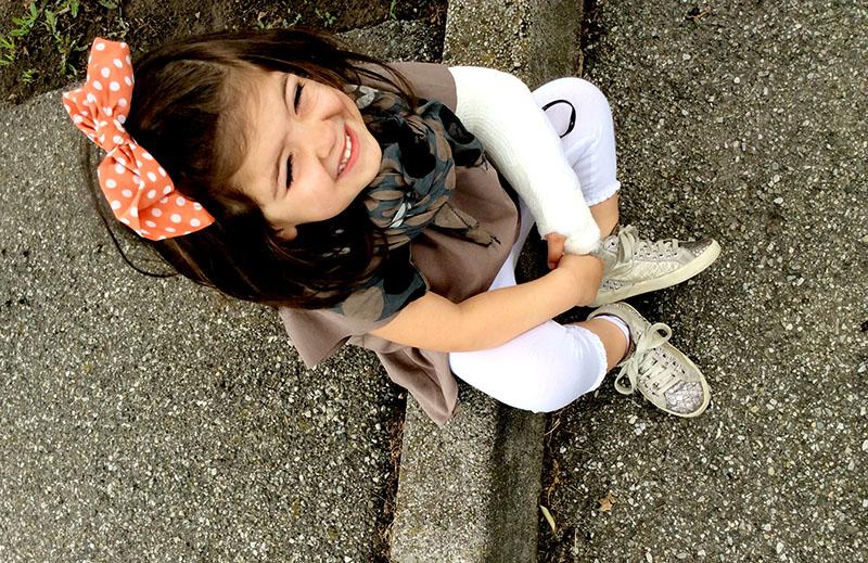 look bimba con blusa in felpa handmade nuance terra e corallo, foulard e fermaglio capelli pois, leggings e sneakers crime con borchie